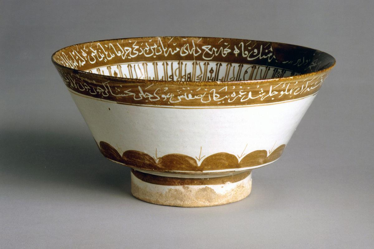 ظرفی قدیمی و لعابی در موزه